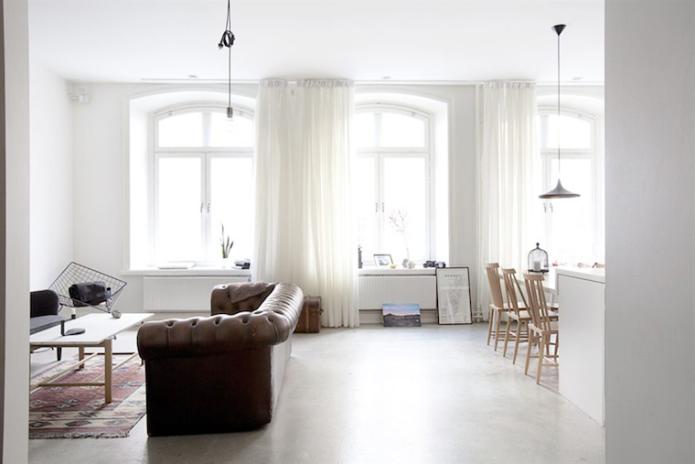 luminoso salón con sofá chester marrón cuero