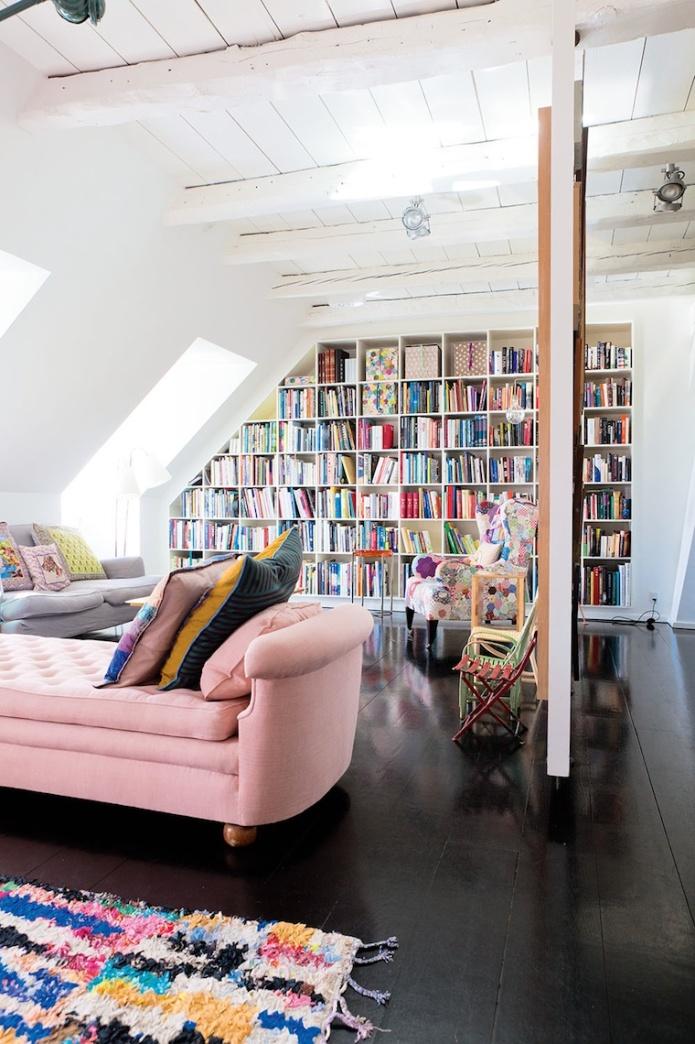 Vivienda copenhague, estantería empotrada a medida, sofá chaiselongue capitoné en rosa